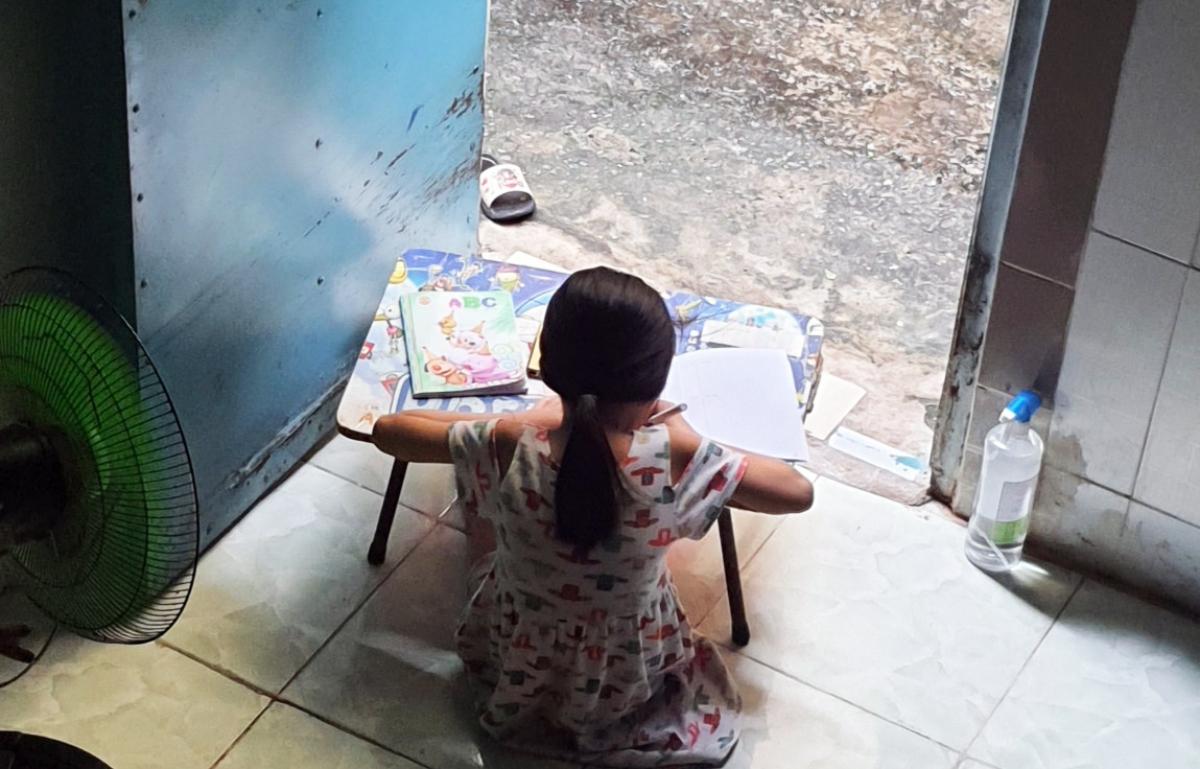 Con gái chị Nguyễn Thị Hương học trực tuyến tại nhà trọ ngày 20/9. Ảnh: Phụ huynh cung cấp