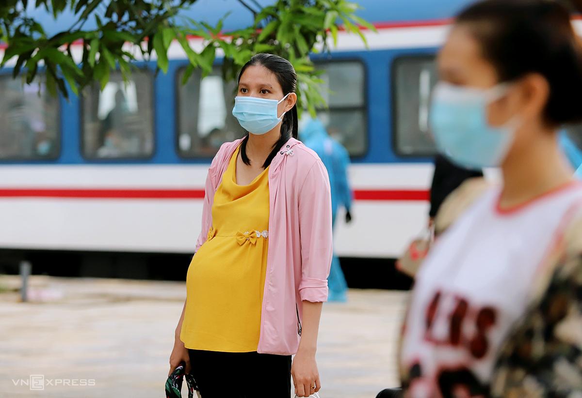 Một thai phụ (góc trái) được chính quyền đón về quê bằng tàu hỏa tại ga Yên Trung, huyện Đức Thọ hồi cuối tháng 7. Ảnh: Đức Hùng