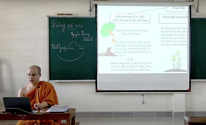 Thầy Minh Giải trong một bài giải sử dụng phương pháp trình chiếu cho học sinh khóa 2. Ảnh: Nhân vật cung cấp