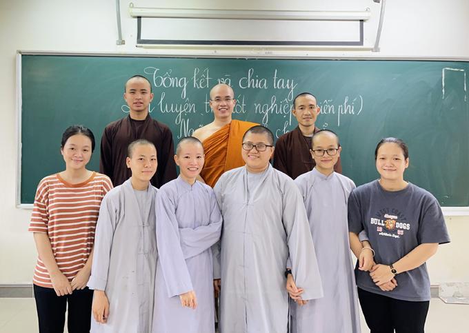 Lớp học của thầy Minh Giải có các tu sĩ và học sinh ngoài đời có hoàn cảnh khó khăn. Ảnh: Nhân vật cung cấp
