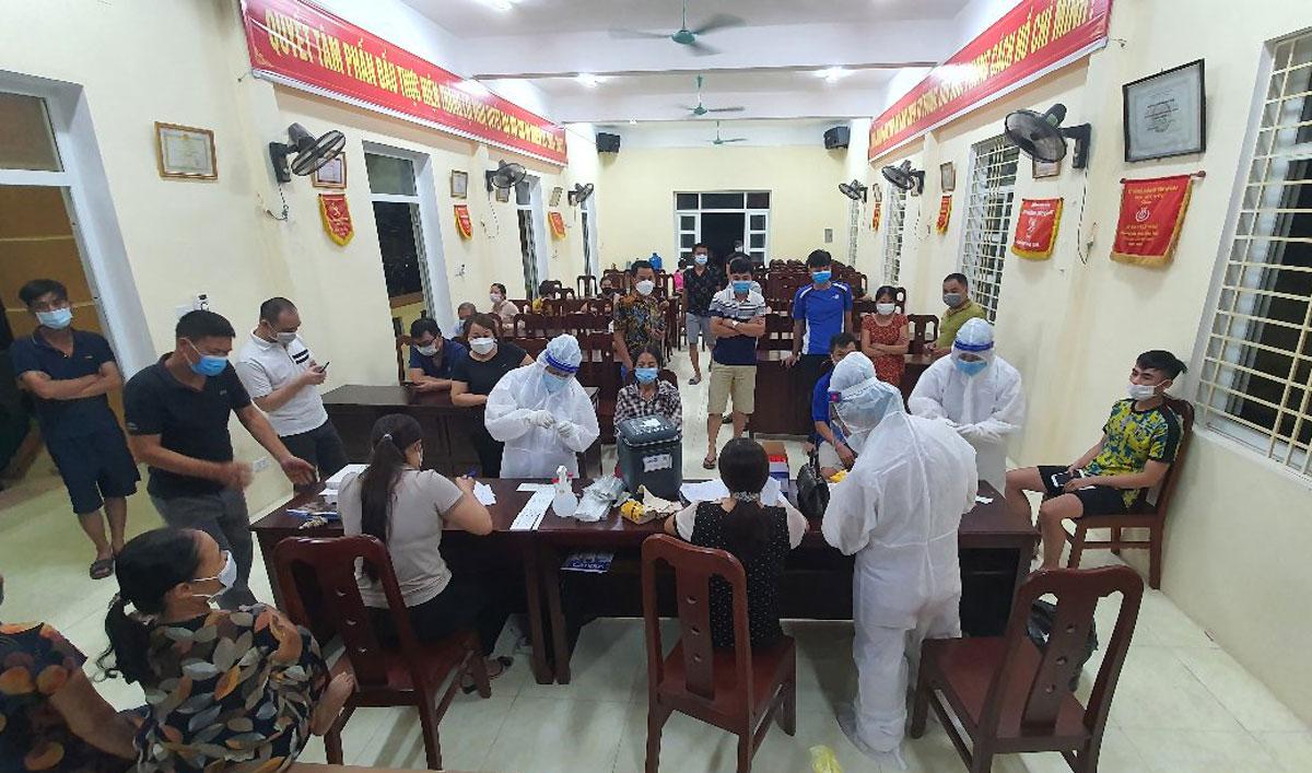 Lực lượng y tế lấy mẫu xét nghiệm người dân TP Phủ Lý đêm 20/9. Ảnh: CTV