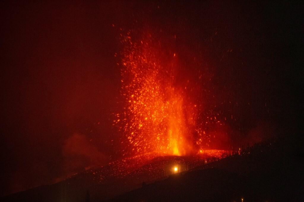Dung nham bắn ra sau khi núi lửa phun trào trên đảo La Palma, thuộc quần đảo Canary hôm 21/9. Ảnh: AFP.