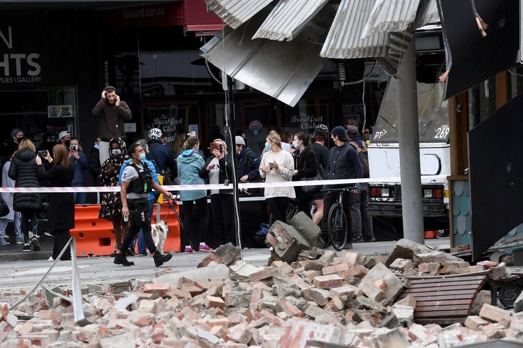 Người dân tập trung bên ngoài một tòa nhà bị hư hại sau trận động đất sáng 22/9 ở phố Chappel, Melbourne, Australia. Ảnh: AFP.