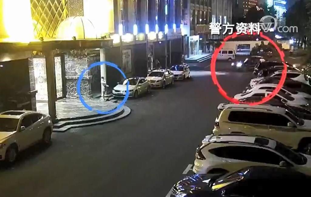 Chiếc SUV của Cách (đỏ) đến đón nữ nhân viên họ Đặng (xanh). Ảnh: CCTV