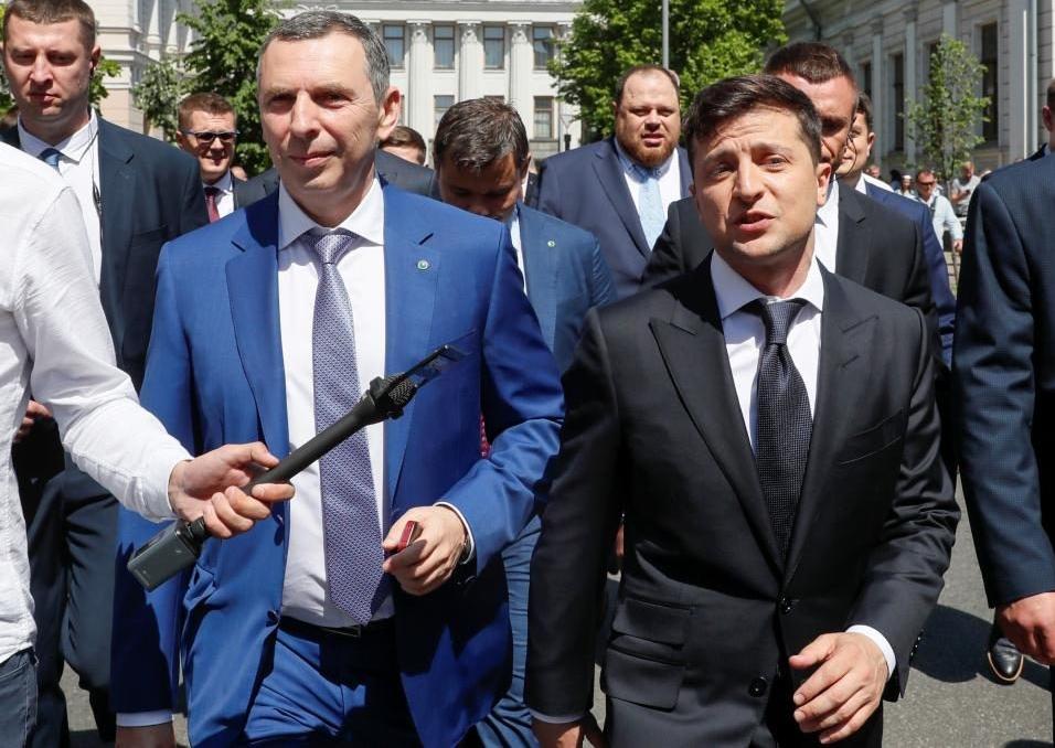 Tổng thống Ukraine Volodymyr Zelensky (phải) và phụ tá thân cận Sergei Shefir hồi tháng 6 năm 2019. Ảnh: Reuters.