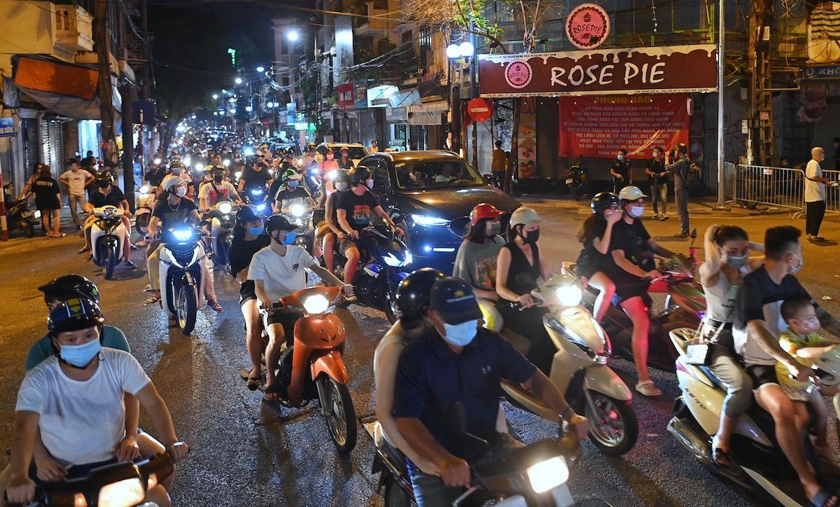 Dòng phương tiện từ Hàng Đường đi qua Hàng Mã, tối 21/9. Ảnh: Huy Thành