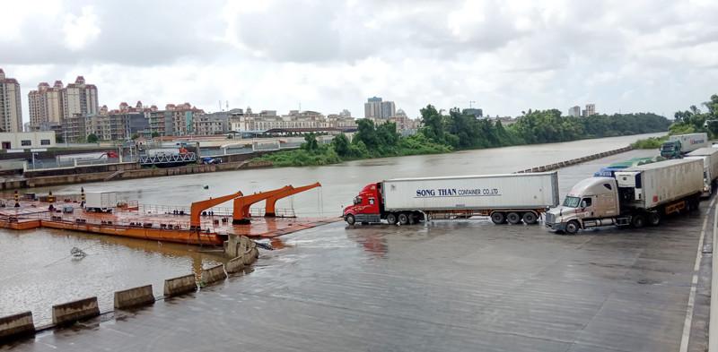 Cầu phao tạm nối TP Móng Cái (Việt Nam) với TP Đông Hưng (Trung Quốc), tháng 7/2021. Ảnh: Hữu Việt