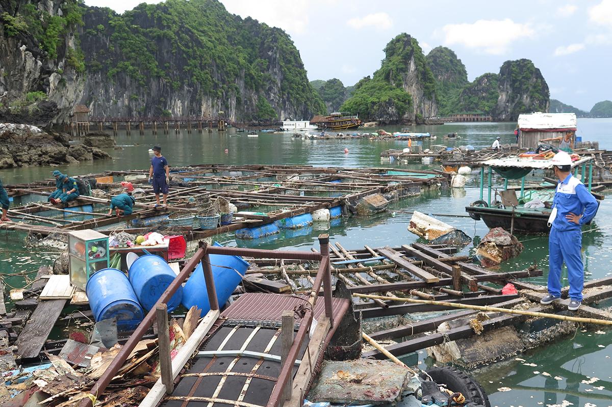 Hàng trăm tấn rác từ việc tháo dỡ được lực lượng chức năng chuyển lên tàu đưa lên đảo tiêu hủy. Ảnh: Giang Chinh