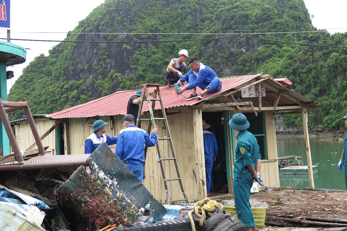Trong ngày 22/9 UBND huyện Cát Hải thực hiện tháo dỡ 7 cơ sở nuôi trồng thủy sản đầu tiên tại khu Nam Cát, thuộc vườn quốc gia Cát Bà. Trong ảnh, tháo dỡ cơ sở nuôi của hộ gia đình ông Bùi Văn Hoàn. Ảnh: Giang Chinh