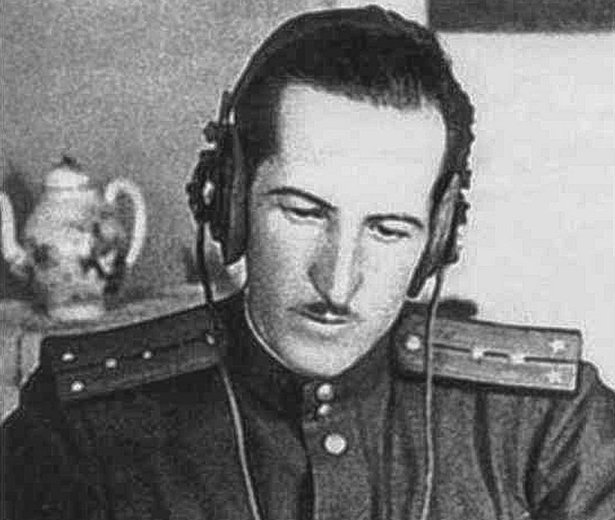 Điệp viên Demyanov vận hành điện đài. Ảnh: BQP Nga.