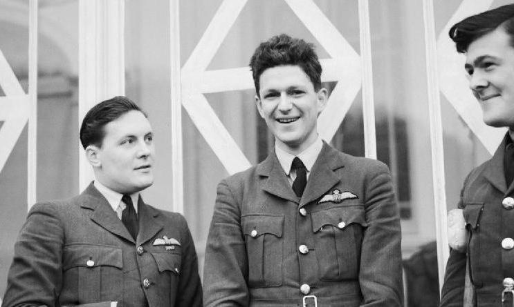 Nicolson (giữa) trong quá trình hồi phục sau trận đánh tháng 8/1940. Ảnh: RAF.