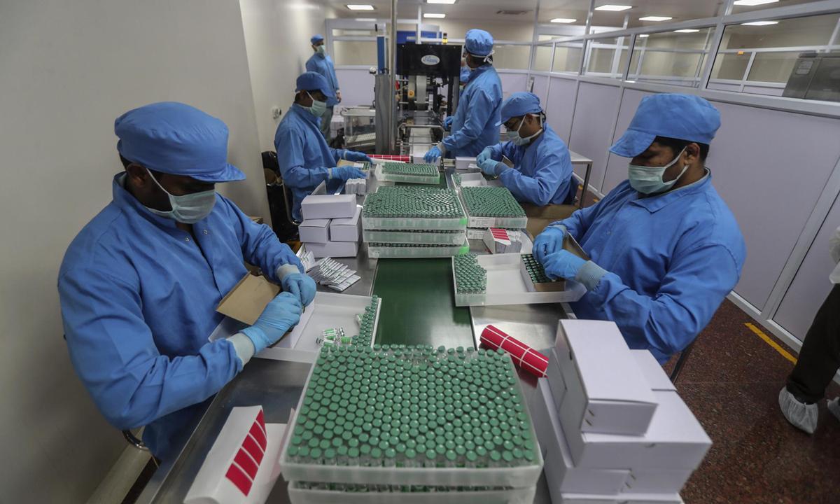 Nhân viên Viện Huyết thanh đóng gói vaccine Covishield tại nhà máy ở Pune, Ấn Độ hồi tháng 1. Ảnh: AP.