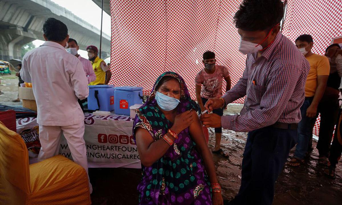 Một điểm tiêm chủng vaccine Covid-19 tại New Delhi, Ấn Độ hôm 31/8. Ảnh: Reuters.