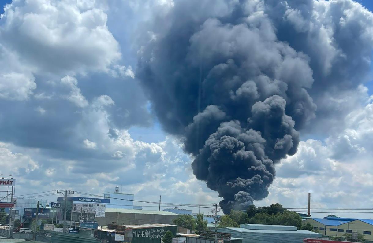 Cột khói bốc cao hàng trăm mét ở Công ty TNHH Tài Phú. Ảnh: Yên Khánh