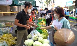Người dân vùng xanh đi chợ dã chiến