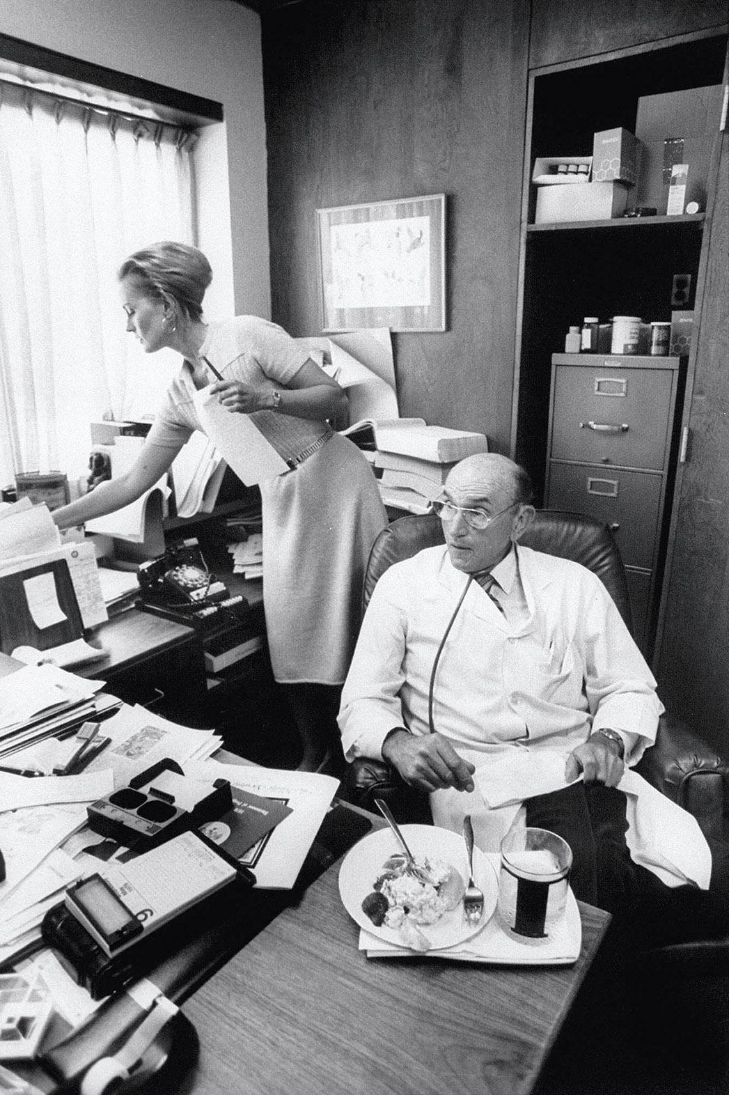 Bác sĩ Herman Tarnower và nữ trợ lý riêng, Lynne Tryforos tại phòng làm việc. Ảnh: The Hollywood Reporter
