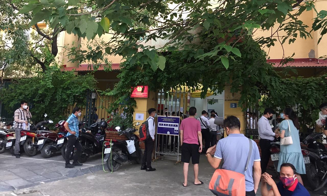 Khá đông người chờ đăng kí tại điểm đăng kí xe khu vực Hà Đông. Ảnh: Nguyễn Hải