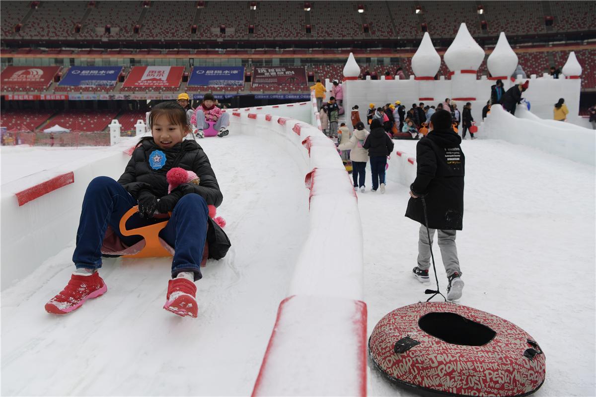 Trẻ em vui chơi tại lễ hội tuyết bên trong sân vận động Tổ chim tháng 1/2020. Ảnh: ChinaDaily.