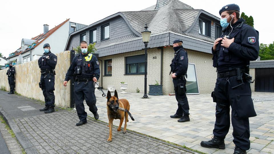 Cảnh sát Đức trước biệt thự của một trùm tội phạm, sau cuộc đột kích của cảnh sát trong khuôn khổ Chiến dịch Lá chắn Trojan ở Leverkusen, ngày 8/ 6/ 2021. Ảnh: TRT World