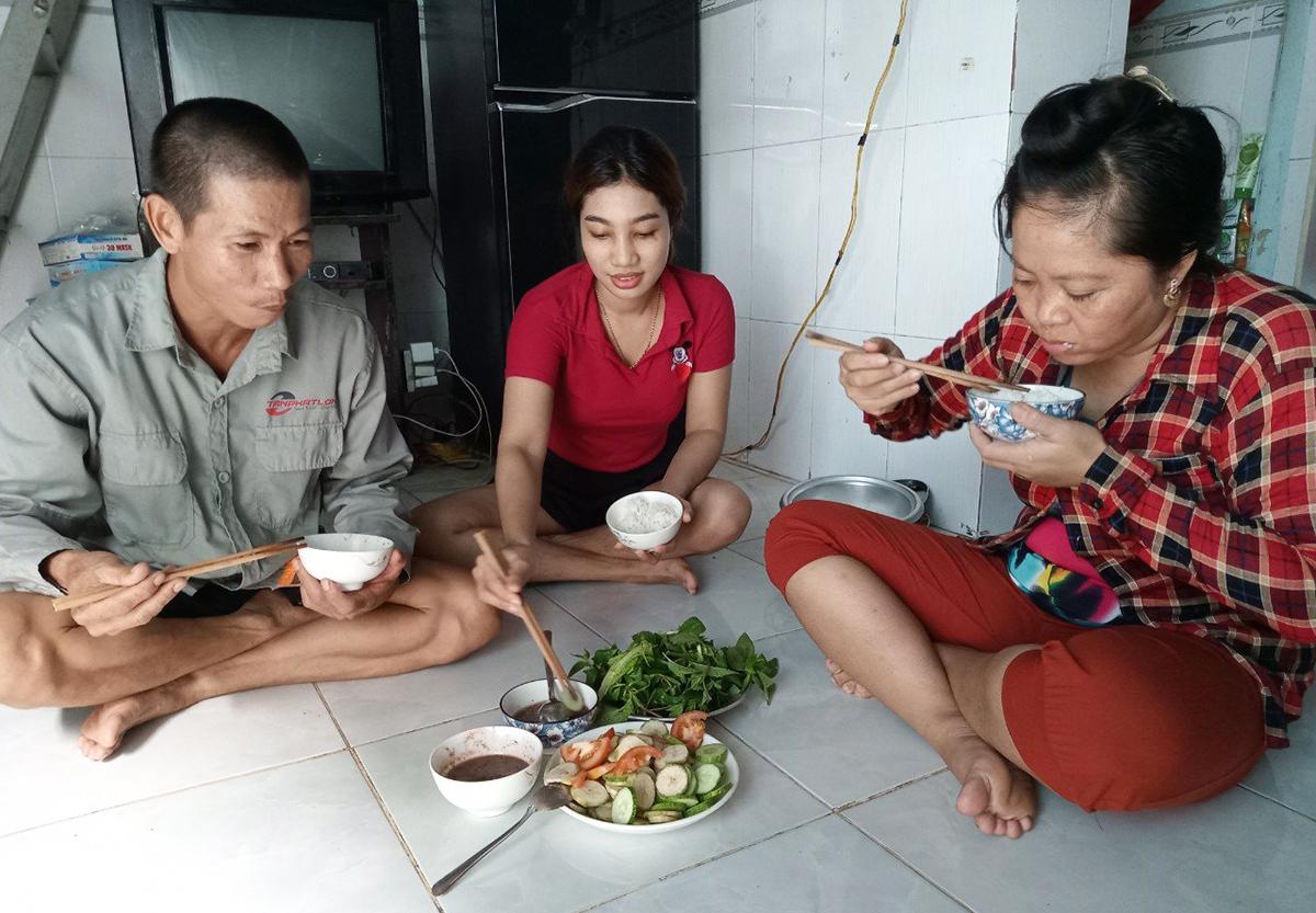 Chị Nguyễn Thị Út (phải) cùng chồng mất việc hơn 2 tháng qua. Ảnh: An Phương