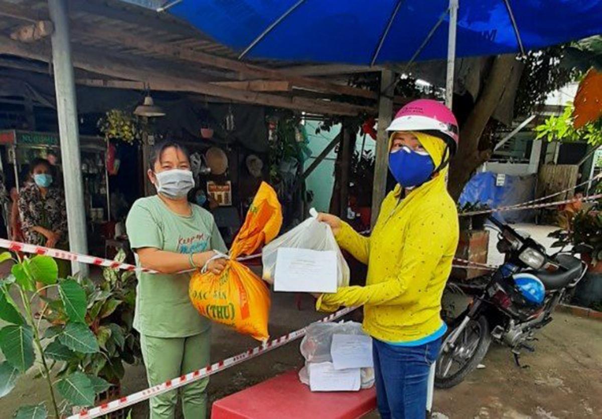 Công đoàn Công ty Samho hỗ trợ người lao động khó khăn ở các khu phong tỏa. Ảnh: An Phương