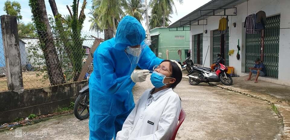 Y tế lấy mẫu xét nghiệm khu vực An Thới sau khi phát hiện chùm ca lây nhiễm mới. Ảnh:Cổng thông tin Đảng bộ tỉnh Kiên Giang