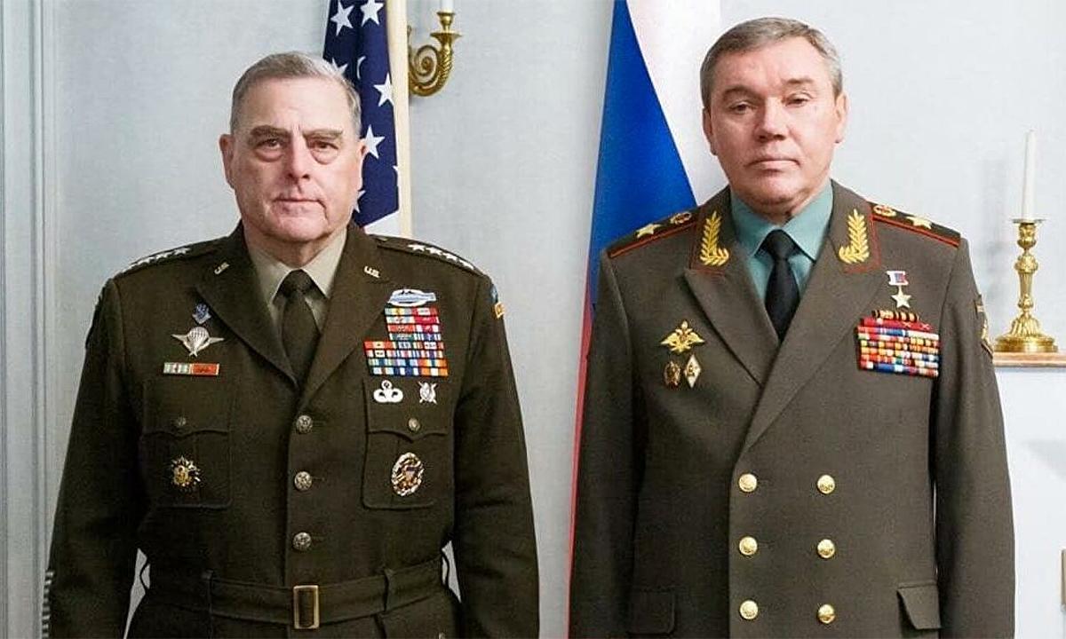 Chủ tịch Hội đồng Tham mưu trưởng Liên quân Mỹ Mark Milley (trái) và Tổng tham mưu trưởng Lực lượng Vũ trang Nga Valery Gerasimov (phải) trong cuộc gặp tại Vantaa, Phần Lan ngày 22/9. Ảnh: BQP Nga.