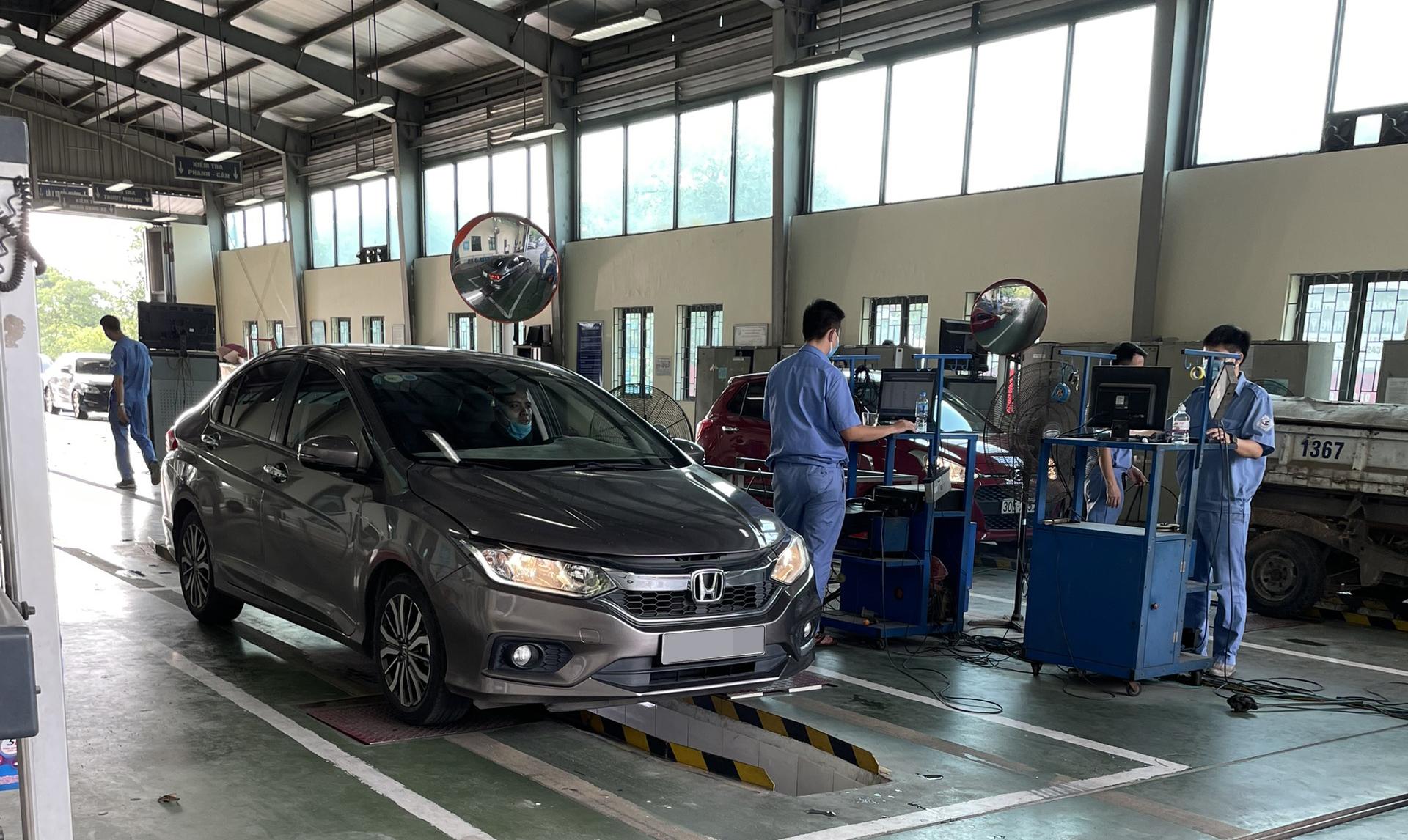 Đăng kiểm ôtô tại một cơ sở ở Hà Nội, tháng 9/2021. Ảnh: Đoàn Dũng