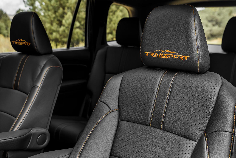 Phiên bản TrailSport với logo trên tựa đầu ghế, đường chỉ khâu cùng màu. Ảnh: Honda