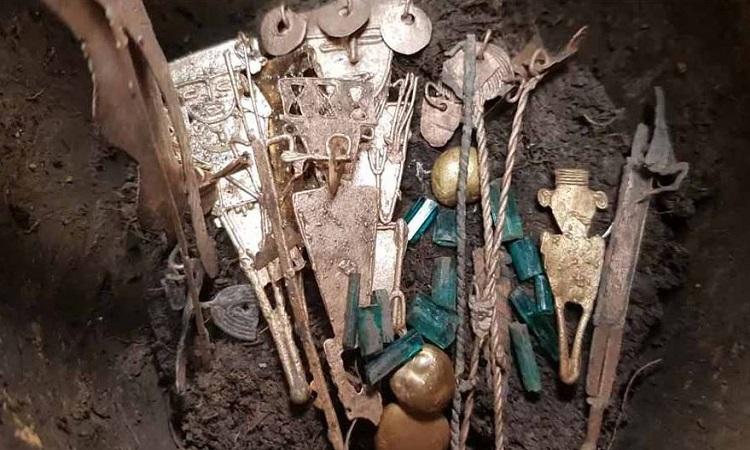 Những đồ tạo tác quý giá trong hũ gốm. Ảnh: Francisco Correa