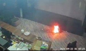 Pin phát nổ như pháo hoa trong văn phòng