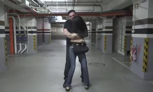 Cách thoát khỏi kẻ gian khi bị ôm chặt từ phía sau