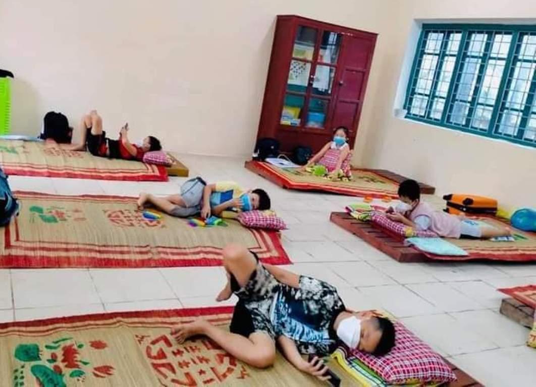 Các em học sinh trường Tiểu học số 1 Hương Chữ cách ly tại trường. Ảnh: Tám Bảy