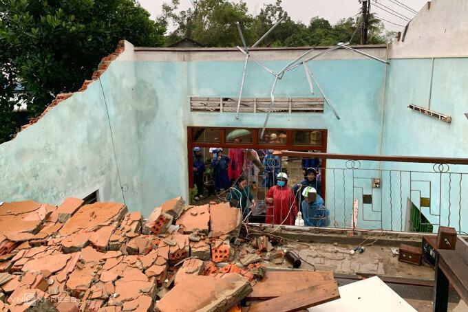 Ngôi nhà ở xã Bình Đông bị tốc mái chiều 23/9. Ảnh: Phạm Linh