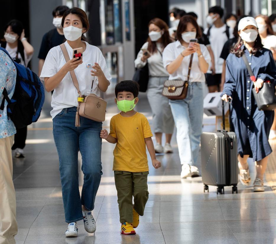 Người dân đeo khẩu trang di chuyển trong nhà ga Seoul, Hàn Quốc, hôm 18/9. Ảnh: Xinhua
