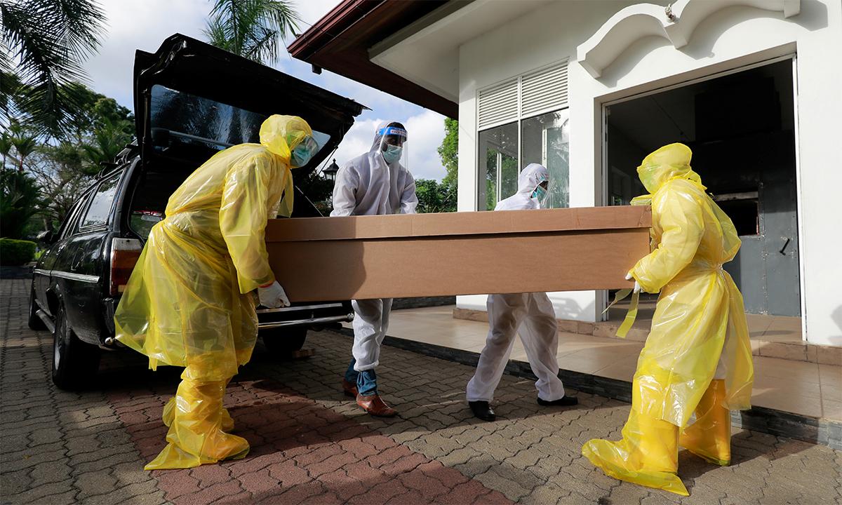 Nhân viên nhà tang lễ khiêng quan tài bìa cứng chứa thi thể người chết vì Covid-19 ở một nghĩa trang ngoại ô thành phố Colombo, Sri Lanka ngày 19/8. Ảnh: Reuters.