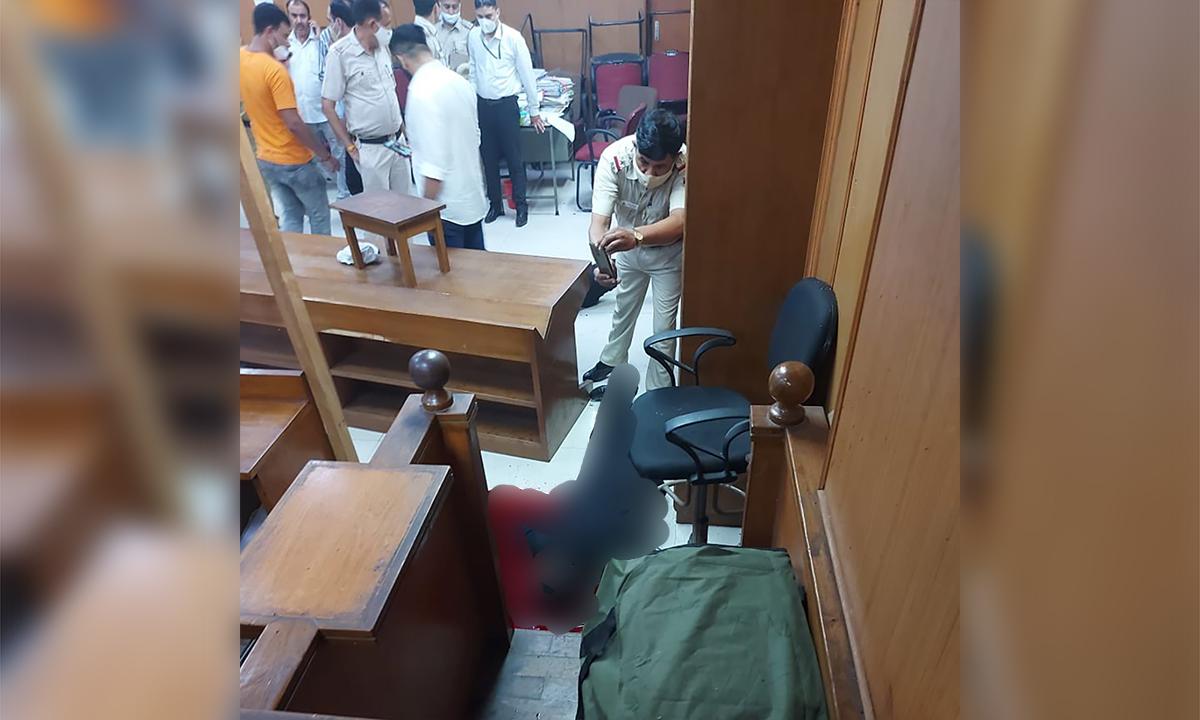 Cảnh sát Ấn Độ chụp ảnh thi thể một trong hai tay súng giả làm luật sư tại tòa án ở lãnh thổ thủ đô Delhi ngày 24/9. Ảnh: Twitter/Ananya Bhardwaj.