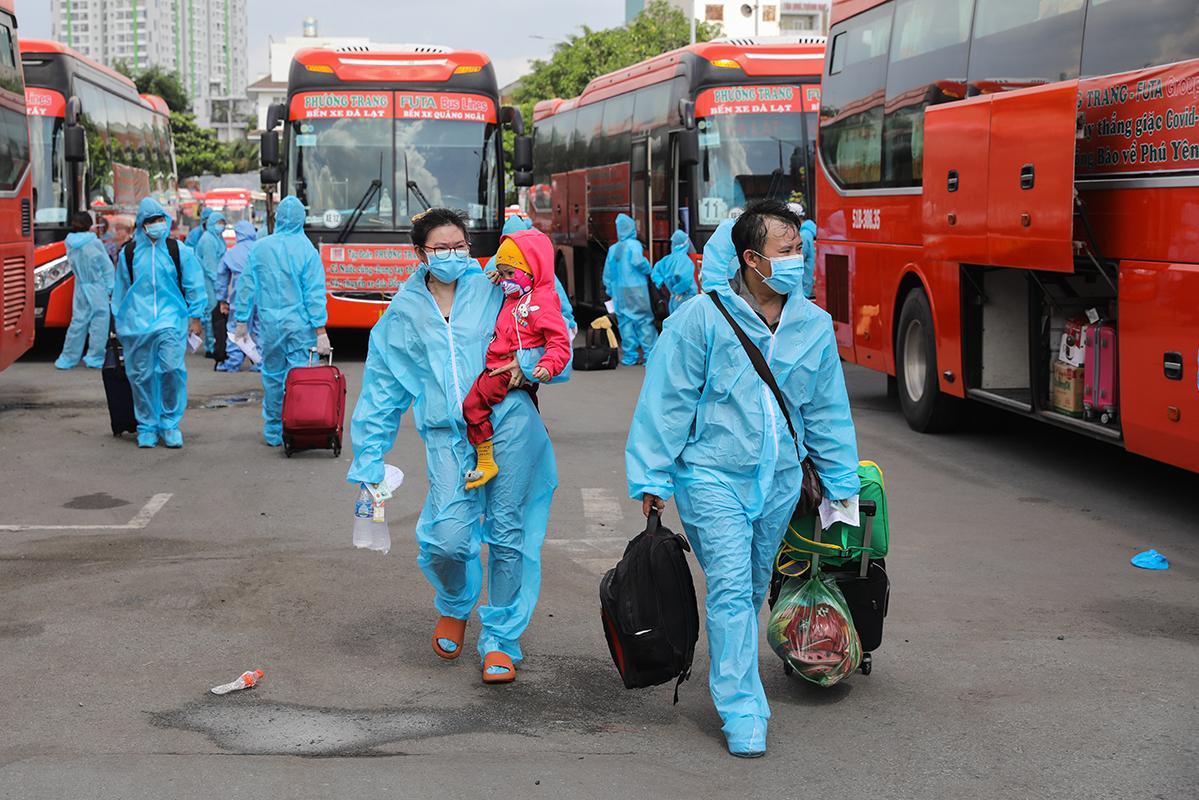 Người dân Phú Yên được TP HCM phối hợp đưa về quê ngày 3/8. Ảnh: Quỳnh Trần
