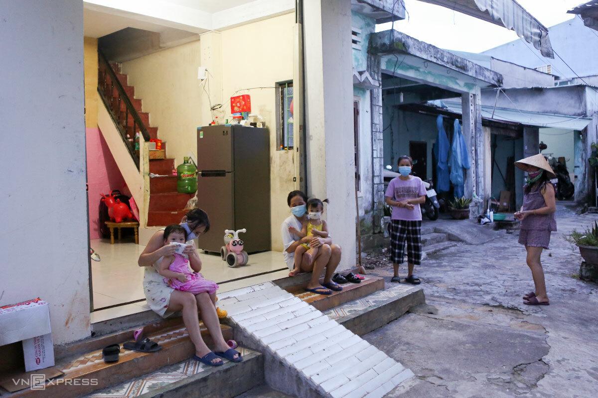 Chị Oanh (bìa phải) cùng các hộ thuê trọ trên đường Tôn Đản (quận Cẩm Lệ). Ảnh: Nguyễn Đông