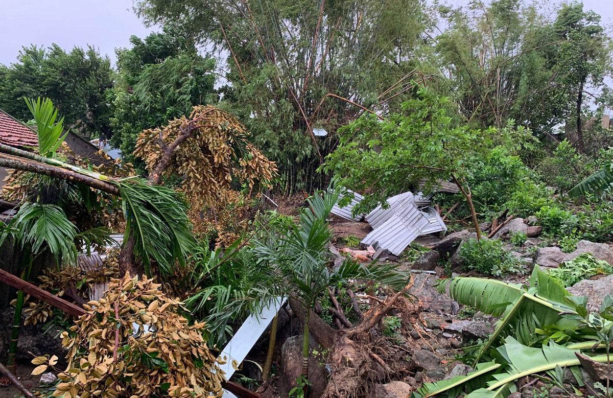 Lốc xoáy quét qua xã Bình Đông, huyện Bình Sơn, tỉnh Quảng Ngãi. Ảnh: Phạm Linh