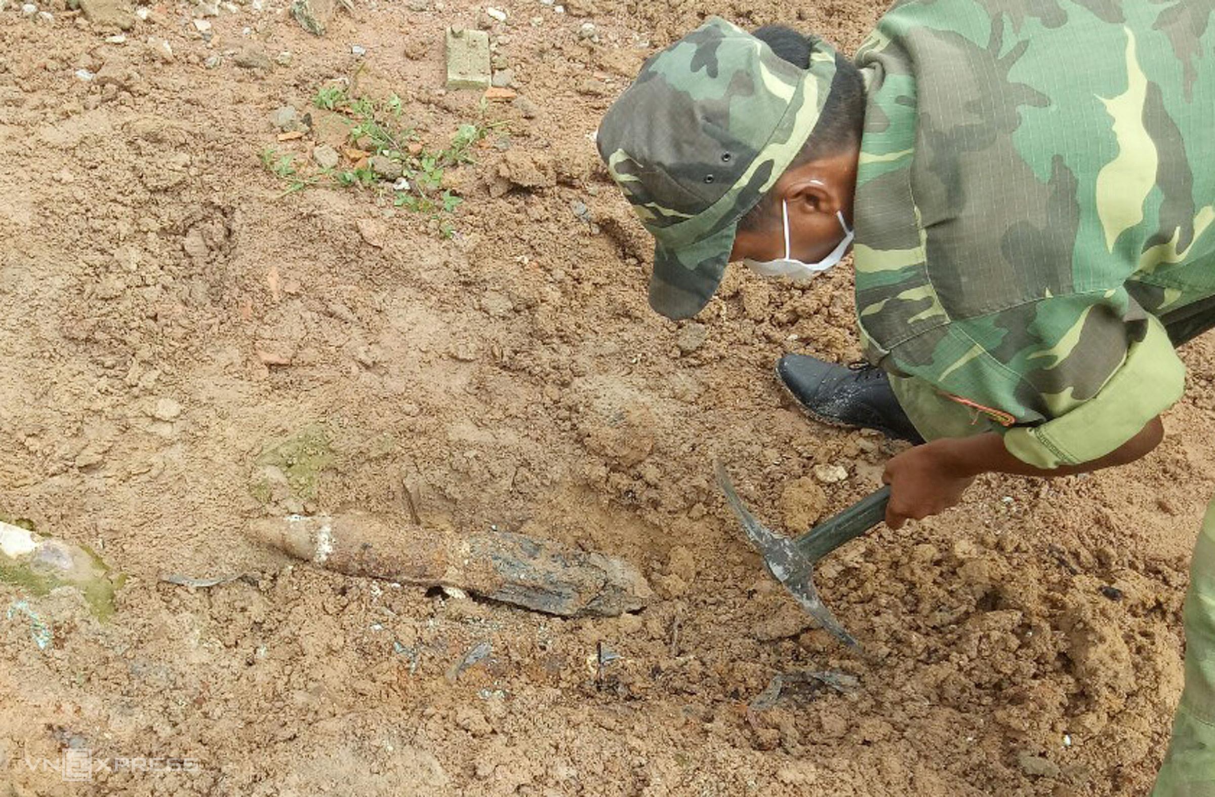 Chiến sĩ công binh đang đào bới từng lớp để xử lý hầm đạn ở Bưu điện Đức Linh. Ảnh: Võ Đạt