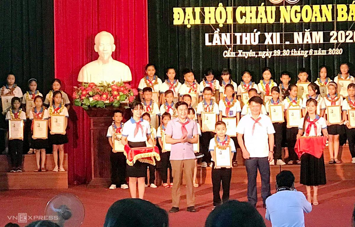 Khôi Nguyên (hàng đầu, thứ hai từ trái qua) nhận bằng khen tại Đại hội Cháu ngoan Bác Hồ của huyện Cẩm Xuyên năm 2020. Ảnh: NVCC