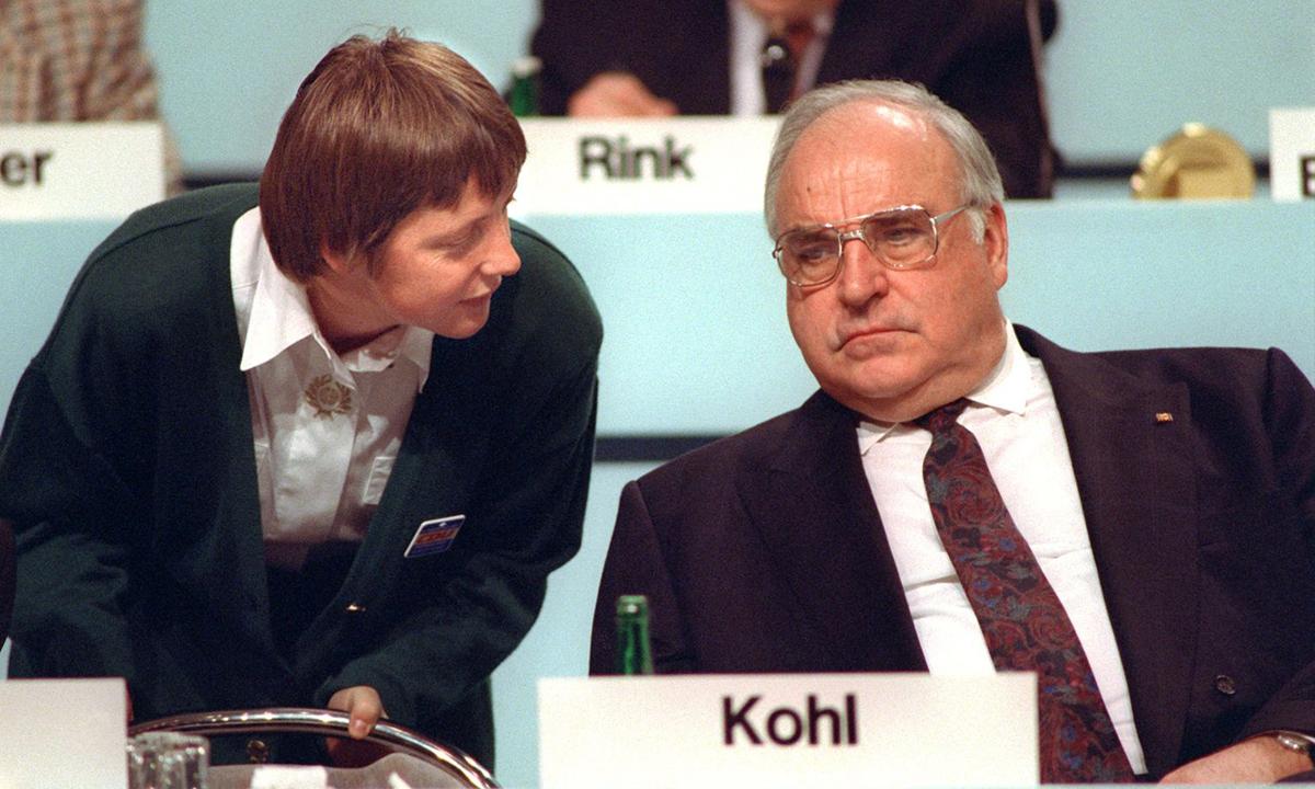 Angela Merkel, khi là bộ trưởng phụ nữ, và cựu thủ tướng Đức Helmut Kohl tại hội nghị ở Dresden ngày 16/12/1991. Ảnh: AP.