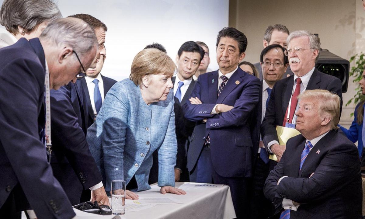 Thủ tướng Merkel (giữa) cùng tổng thống Trump (ngoài cùng bên phải) và các lãnh đạo thế giới tại hội nghị thượng đỉnh nhóm G7 ở Quebec, Canada ngày 9/6/2018. Ảnh: AP.