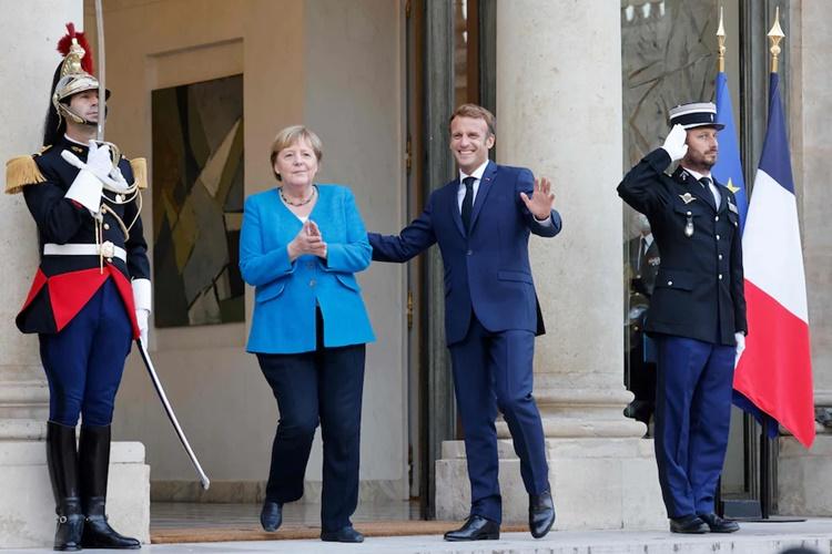 Thủ tướng Đức Merkel và Tổng thống Pháp Macron gặp mặt tại Điện Elysee, Paris, chuẩn bị bước vào phiên ăn tối kết hợp làm việc ngày 16/9. Ảnh: AFP.