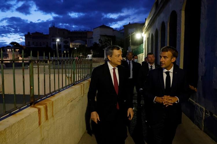 Thủ tướng Italy Draghi (bên trái) và Tổng thống Pháp Macron đi bộ cùng nhau trước khi bước vào ăn tối ở Marseille, Pháp, ngày 2/9. Ảnh: AP.