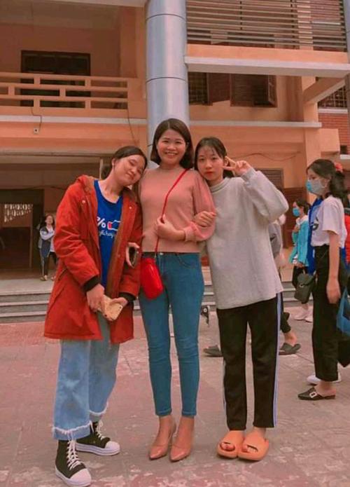 Ánh Quyết (ngoài cùng bên trái) cùng cô giáo dạy Văn (giữa) trong lần đi thi học sinh giỏi Văn của tỉnh năm 2020. Ảnh: Nhân vật cung cấp