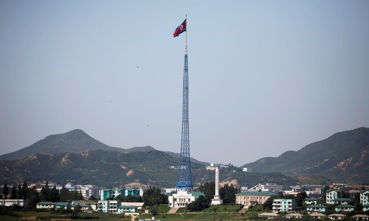 Cột cờ Triều Tiên gần làng đình chiến Panmunjom ở giới tuyến liên Triều hồi năm 2017. Ảnh: Reuters.