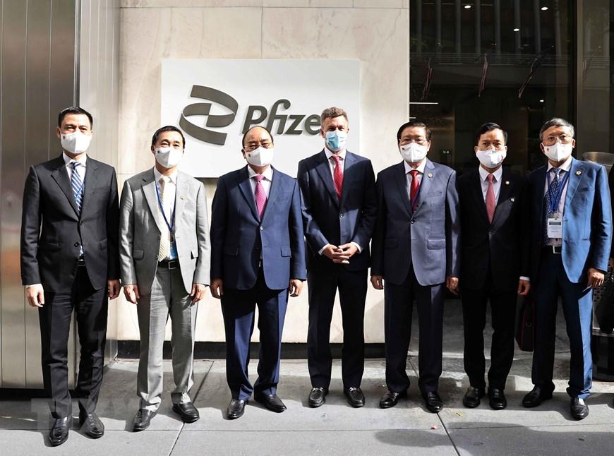 Chủ tịch nước Nguyễn Xuân Phúc (thứ ba từ trái qua phải) trong chuyến thăm trụ sở Pfizer tại New York, Mỹ, hôm 23/9. Ảnh: TTXVN.