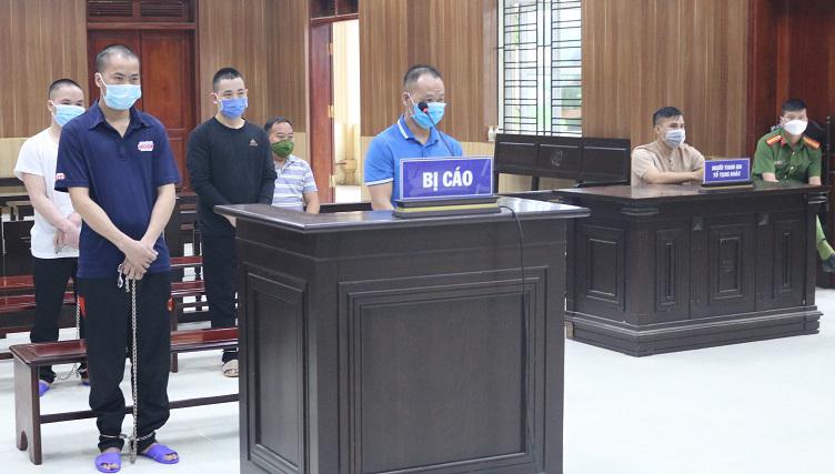 Sùng An Chía (áo xanh đứng trong bục xét xử) và các bị cáo tại toà hôm 24/9. Ảnh: Lam Sơn.